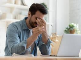 Mężczyzna zmartwiony z powodu niepowodzenia podczas tradingu na forex